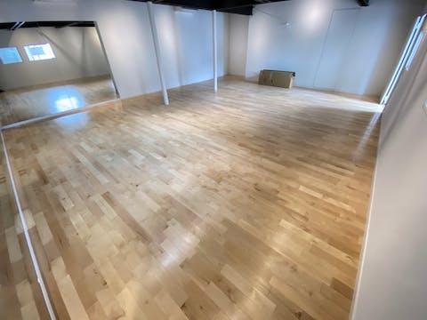 ダンススタジオの床に適したカバ材の施工事例